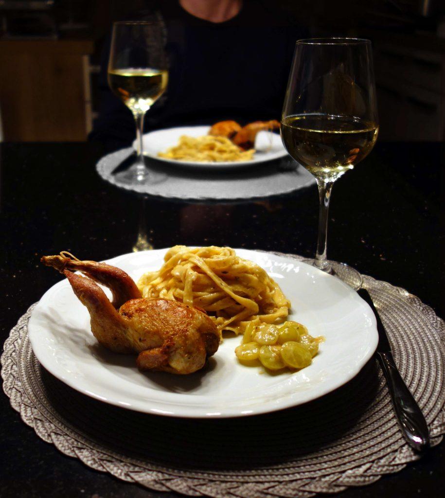 Wachteln mit Bandnudeln an Weißweinsauce