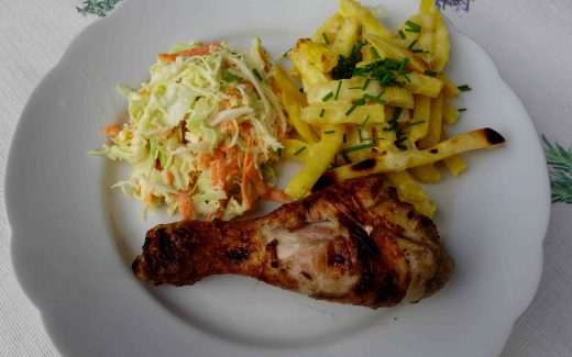 zweierlei Hähnchenunterkeulen vom Grill mit Cheesy Fries und Coleslaw