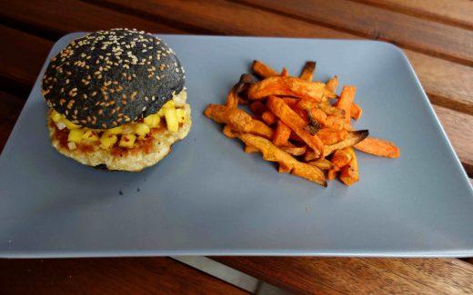 Hähnchenburger mit scharfer Mangosalsa und Süßkartoffelpommes