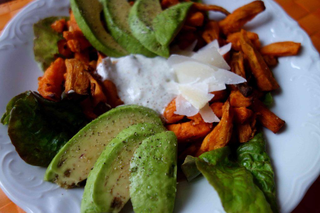 Süßkartoffelpommes mit mediterranem Topping