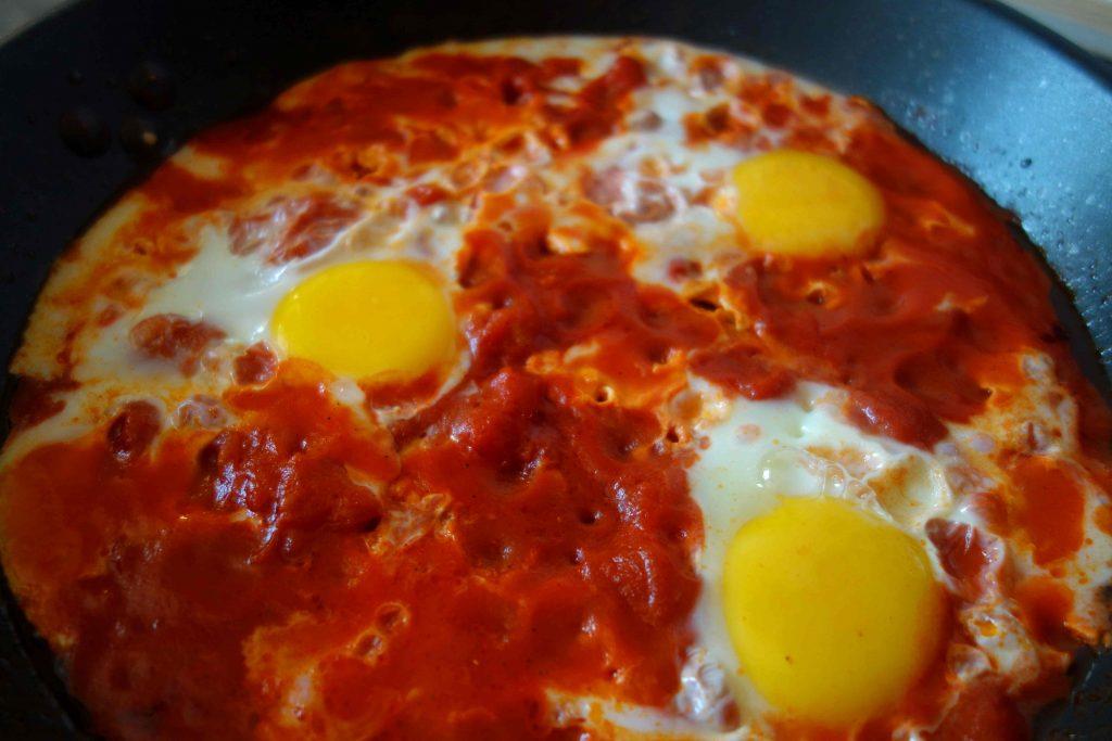 Eier in scharfer Tomatensauce