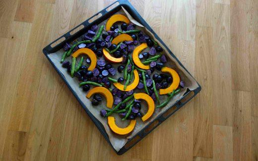 herbstliches Ofengemüse mit Kürbis, Bohnen und lila Kartoffeln