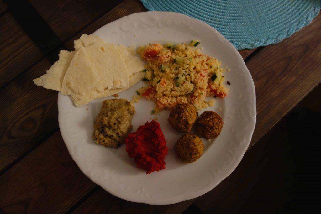 orientalischer Teller mit knusprigen Falafeln, Tabouleh, rote Bete-Hummus, Baba Ghanoush und Fladenbrot