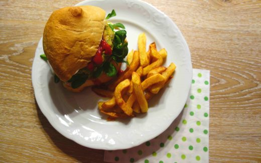 veganer Gemüseburger mit Mais, Erbsen und Soja, Vegan Veggie Burgers with Sweetcorn, Peas and Soy
