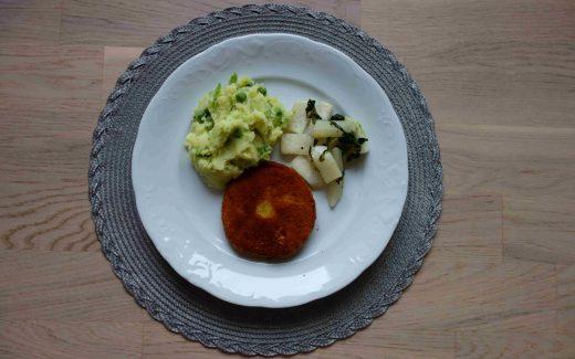 Kohlrabischnitzel mit Kartoffel-Erbsen-Püree, Double Breaded Kohlrabi Schnitzel With Mashed Peas And Potatoes