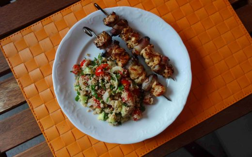 orientalische Putenspieße mit Speckdatteln und ein sommerliches Tabbouleh, Oriental Turkey Skewers With Dates, Bacon And A Summery Tabbouleh